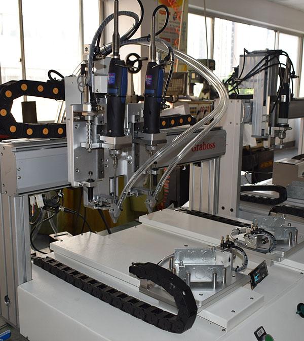 杭州某某五金有限公司锁开关盒全自动四轴拧螺丝机案例