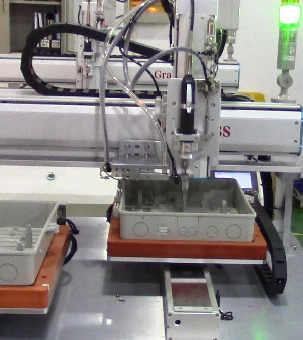 苏州某有限公司锁配线盒四轴全自动螺丝机案例