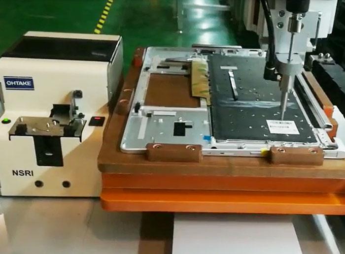 苏州某公司锁笔记本键盘自动送锁螺丝机案例