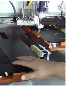 嘉宝GB-LY331落地式双工位锁笔记本后盖多轴螺钉机-操作图